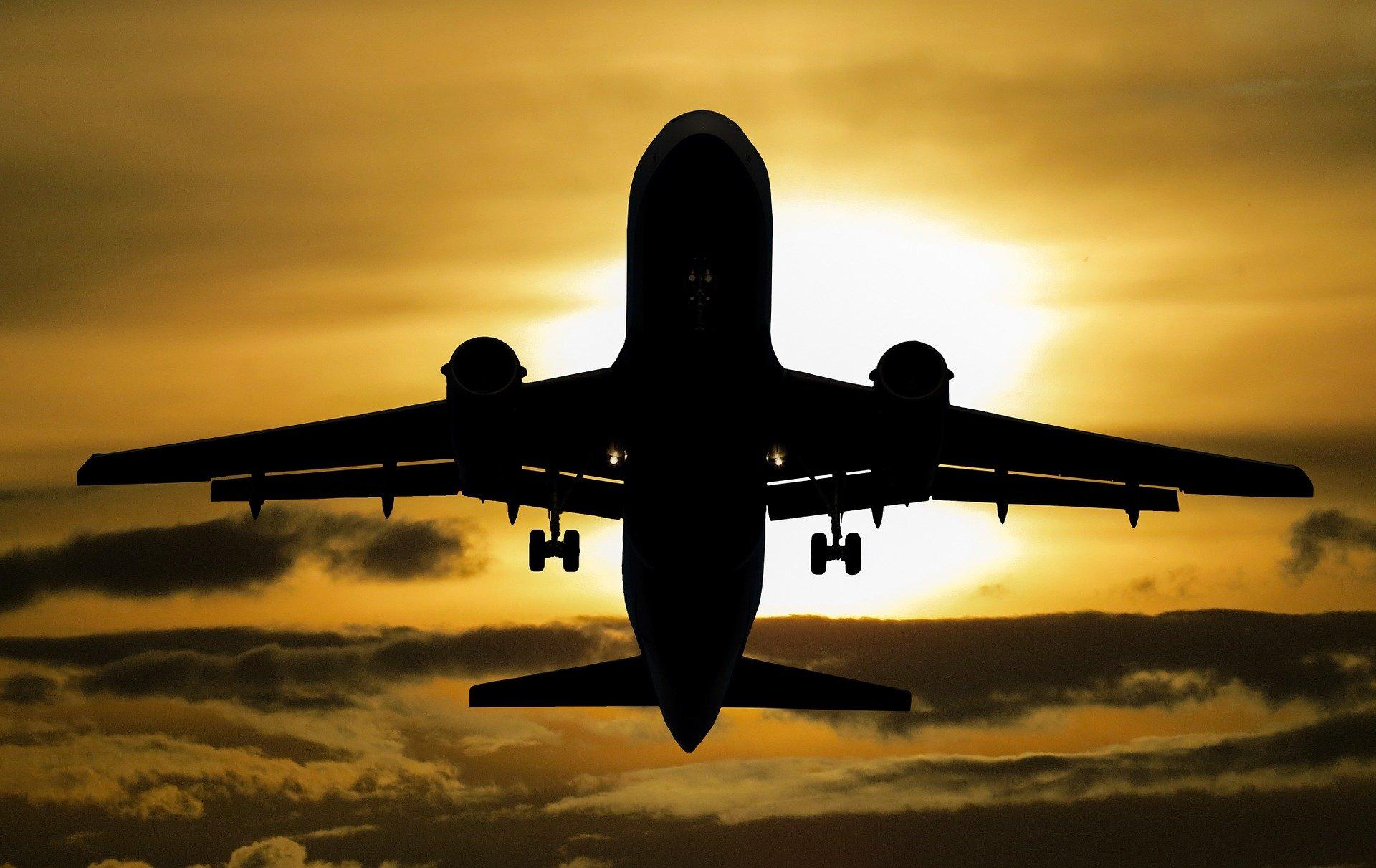 Flugzeug wirft Treibstoff über Schulen ab – 60 Menschen kontaminiert