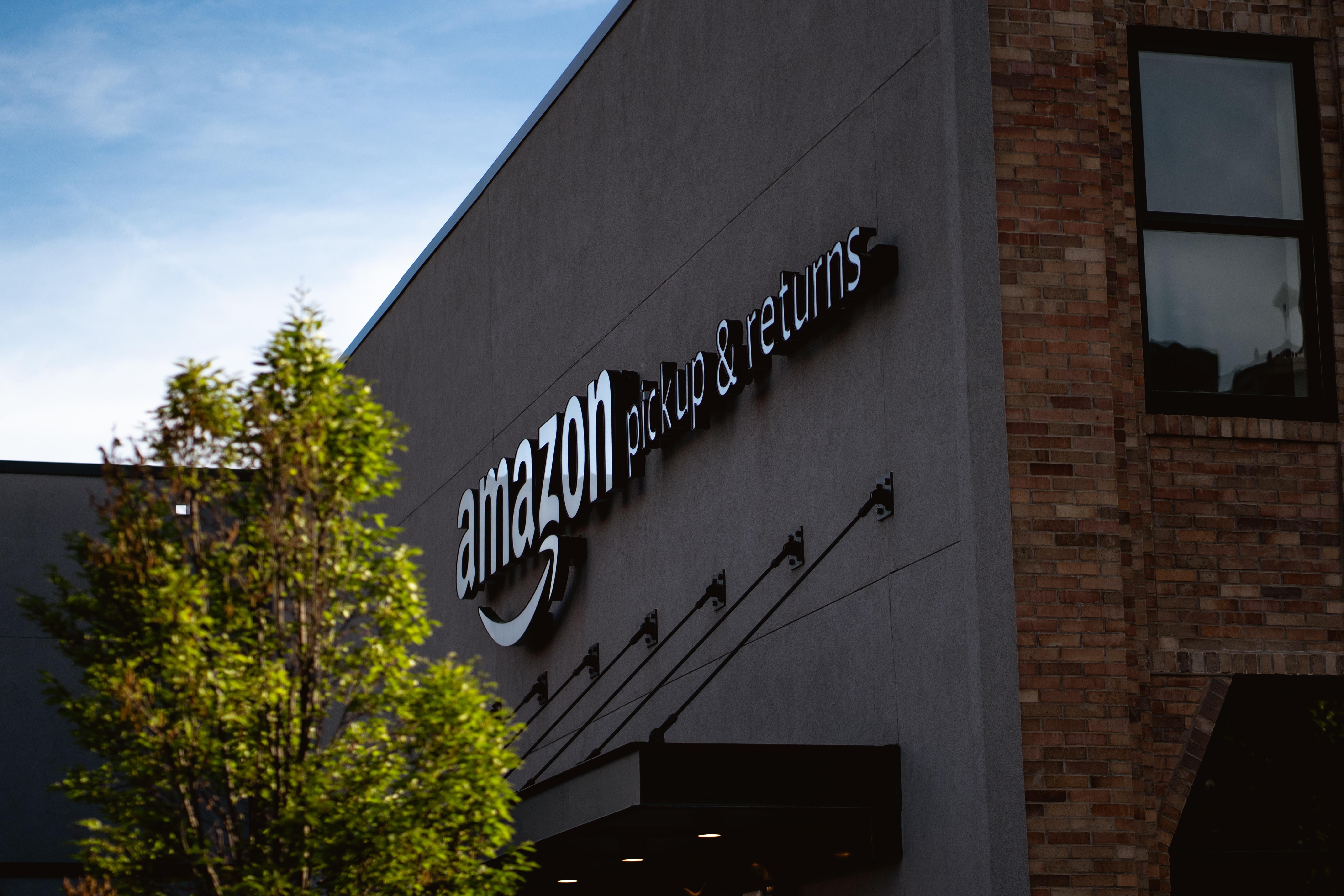 Black Friday: Aktivisten blockieren Amazon-Lagerhaus