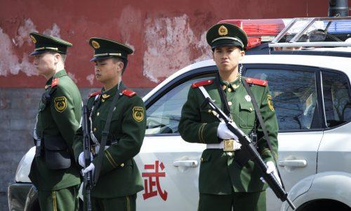China: Bereitschaftspolizei feuert Tränengas ab und verprügelt Demonstranten