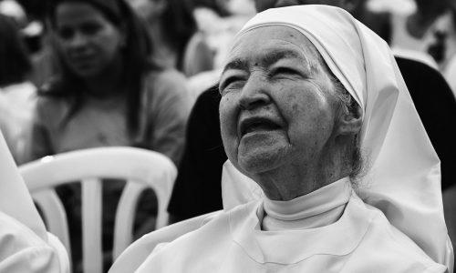 Frau entzieht sich Verurteilung, indem sie als Nonne in Klöstern lebt