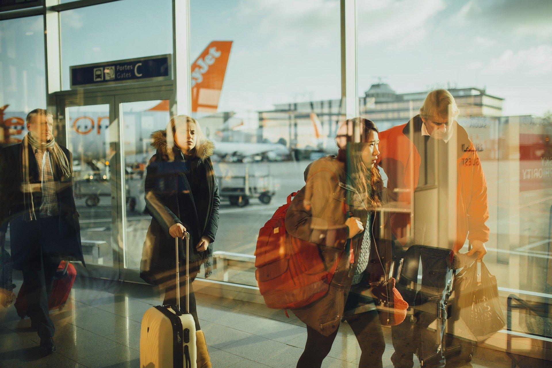 Sicherheitsleck Flughafen: Hustende Urlauber reisen ohne Quarantäne ein