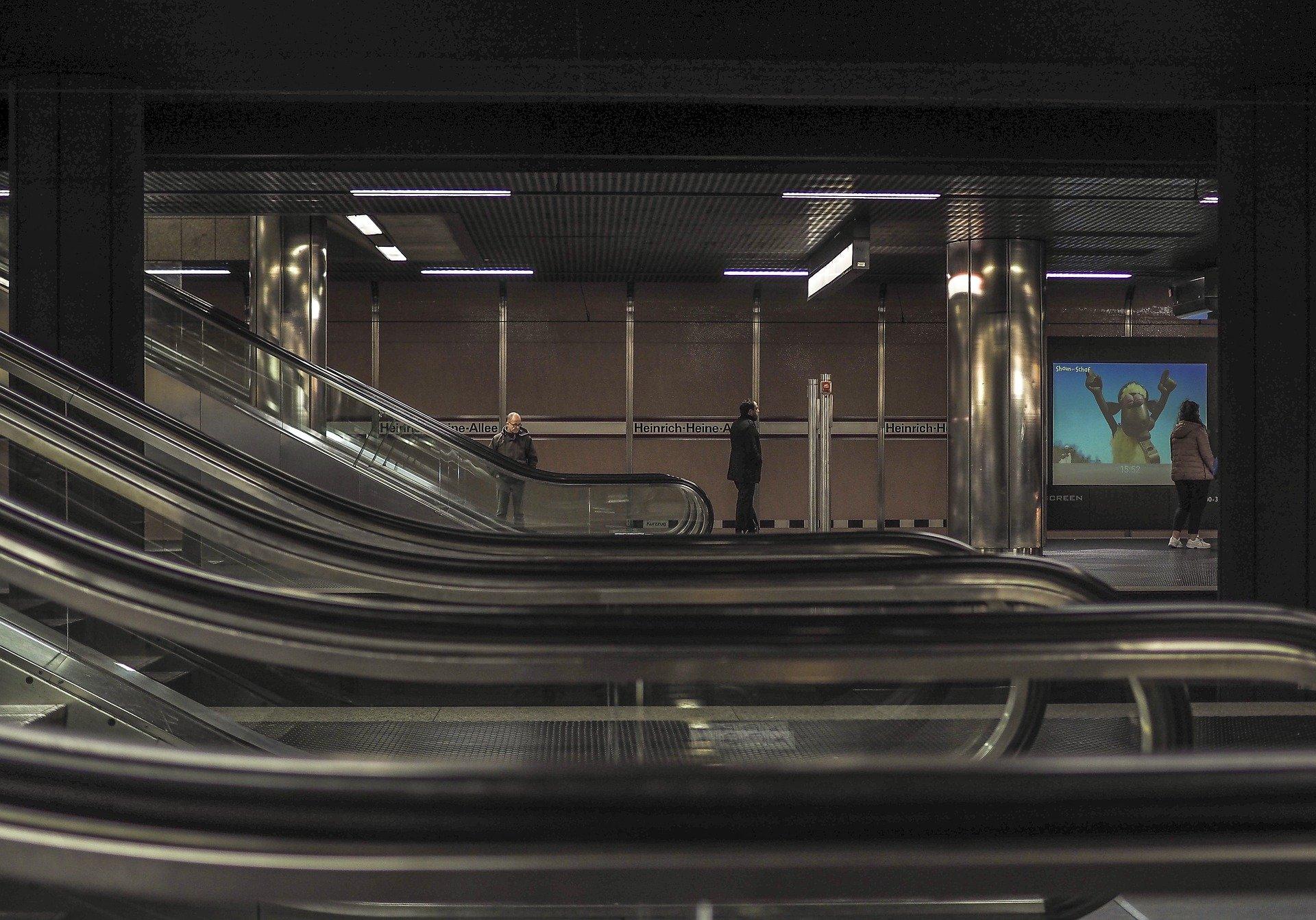 Mann leckt Rolltreppe ab und sagt, infiziert zu sein