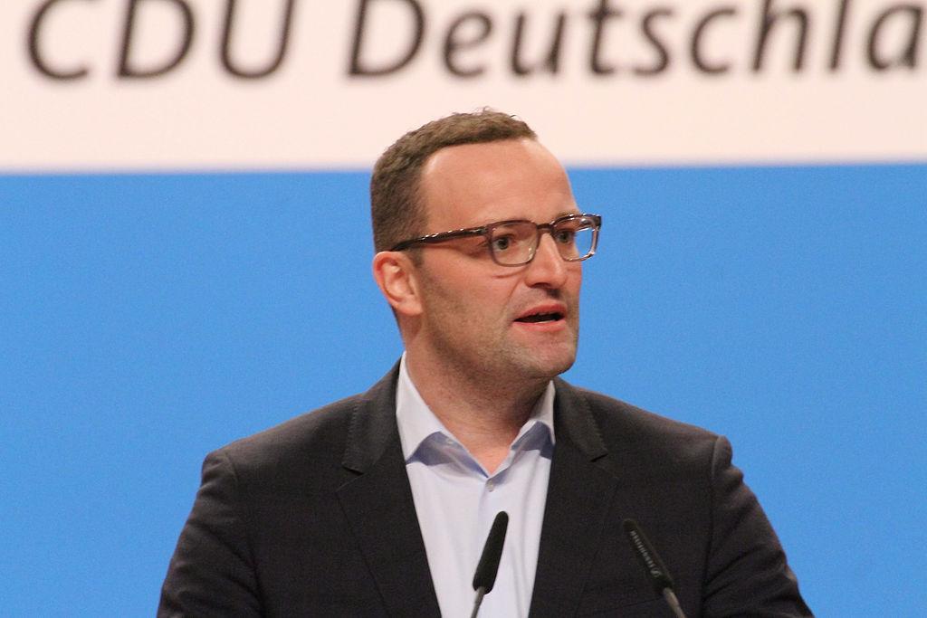 Von wegen Mindestabstand: Jens Spahn drängt sich in vollen Aufzug