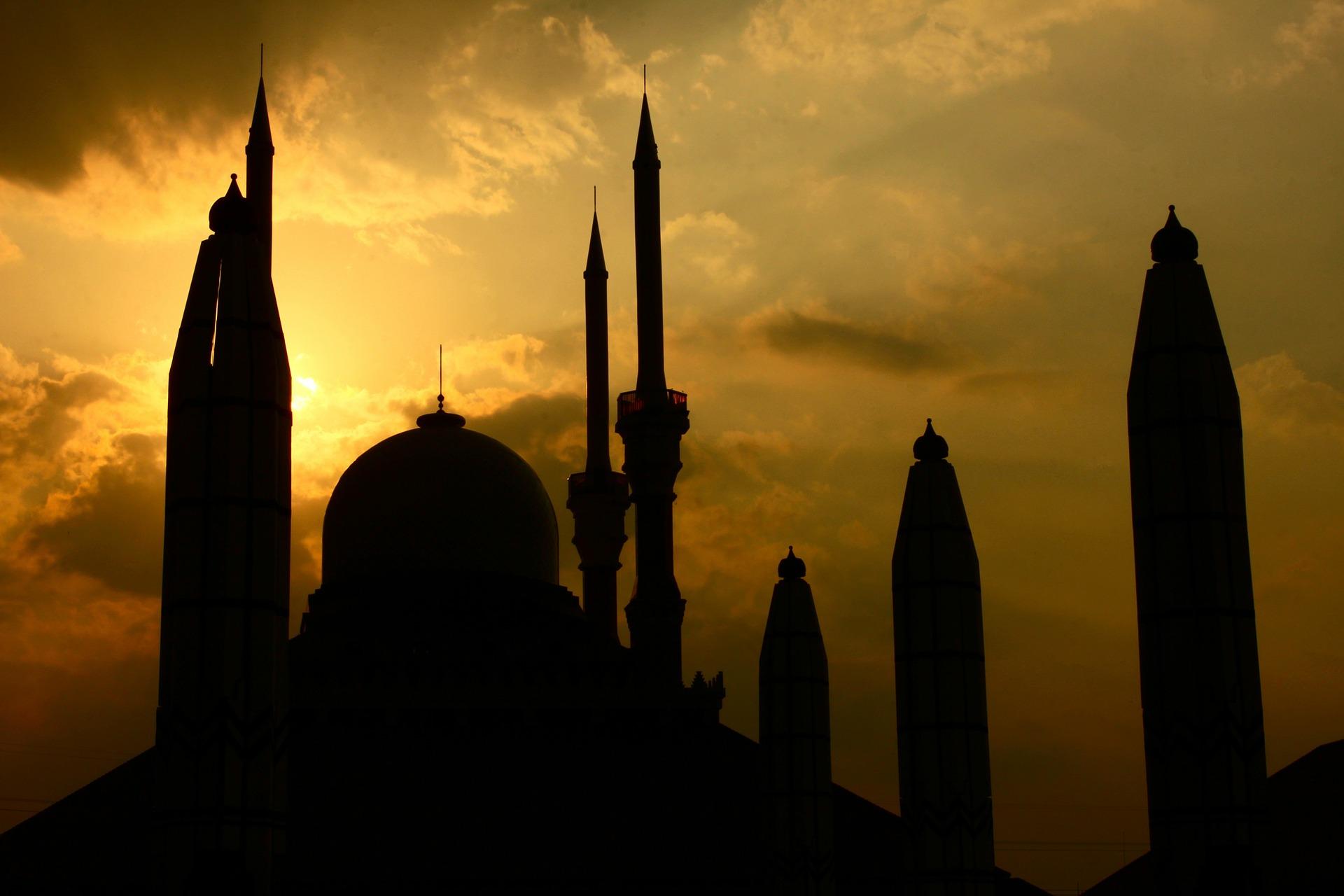 Trotz Kontaktverbot: 300 Menschen versammeln sich vor Berliner Moschee