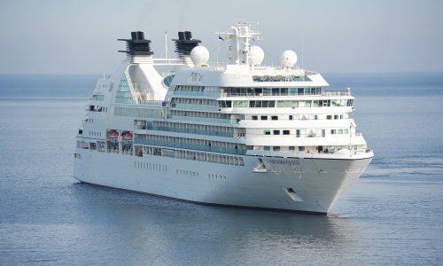 Marineboot rammt deutsches Kreuzfahrtschiff  und sinkt