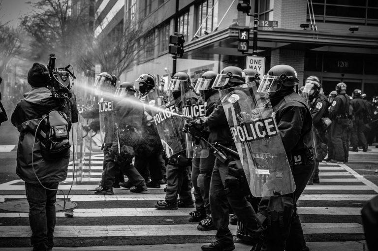 London: Mindestens 15 Polizisten bei Ausschreitungen verletzt